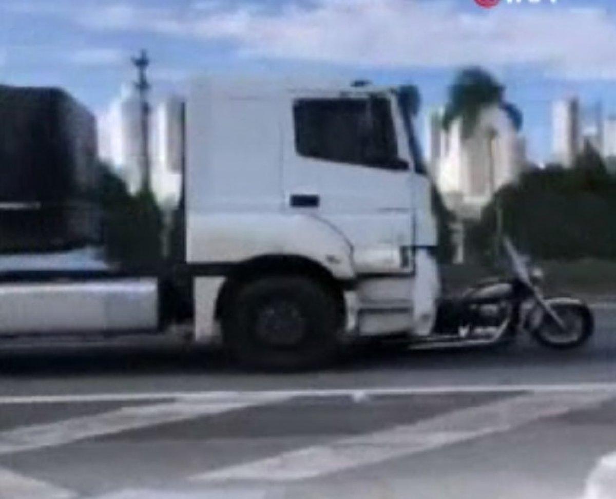 Brezilya da bir adam eşini öldürüp kaçan kamyonu bırakmadı #1