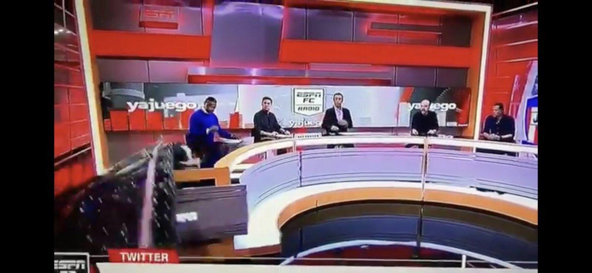 Kolombiya ESPN stüdyosunda yorumcunun üzerine dekor devrildi #1