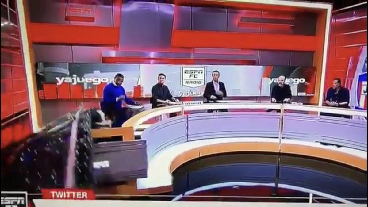 Kolombiya ESPN stüdyosunda yorumcunun üzerine dekor devrildi