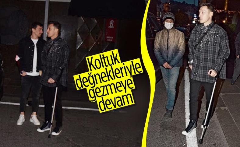 Mesut Özil koltuk değnekleriyle gezmeye devam ediyor