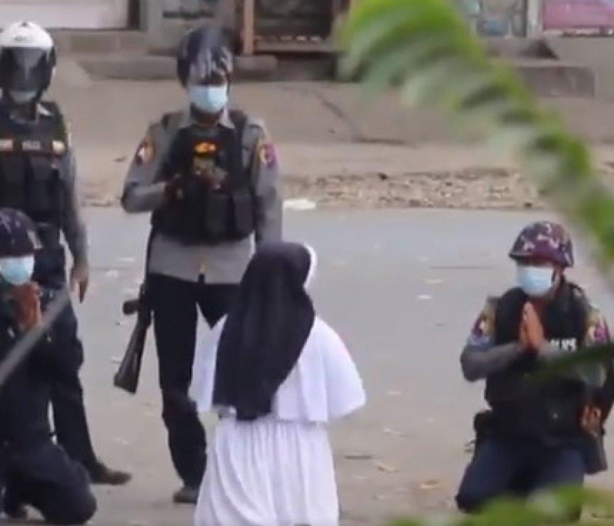 Myanmar da bir rahibe polislerin önünde diz çöktü: Çocukları vurmayın #1