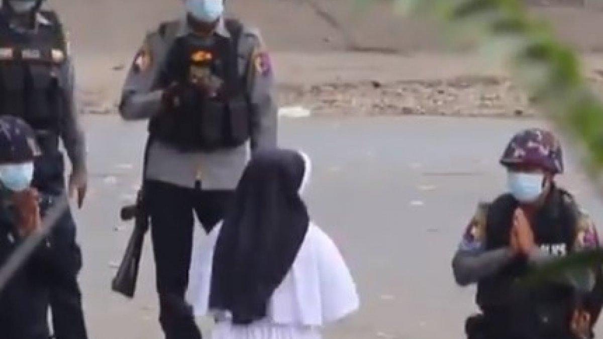 Myanmar'da bir rahibe polislerin önünde diz çöktü: Çocukları vurmayın
