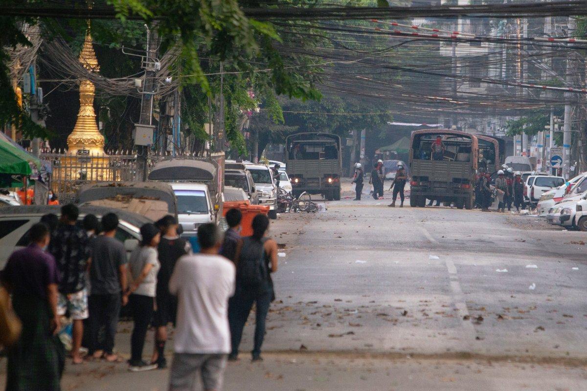 Myanmar da güvenlik güçleri, grevdeki demir yolu çalışanlarını evlerinden çıkardı #3