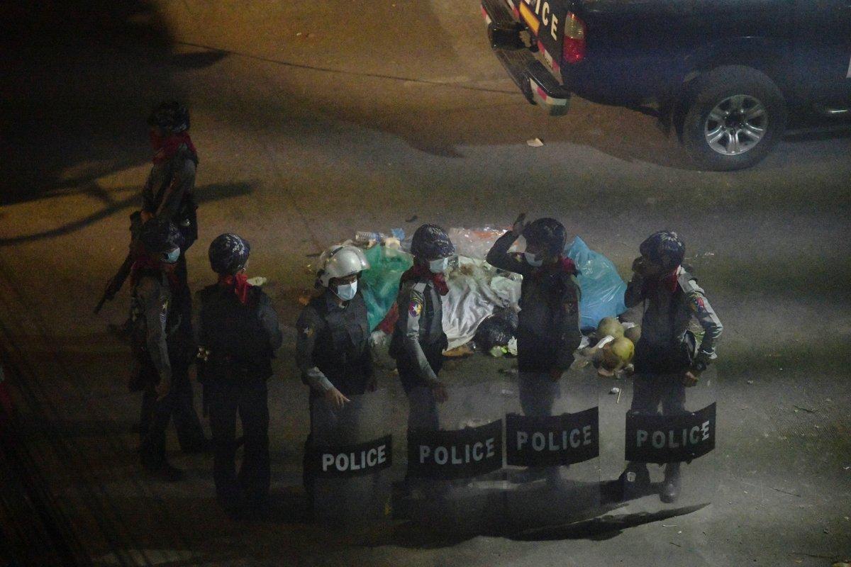 Myanmar da güvenlik güçleri, grevdeki demir yolu çalışanlarını evlerinden çıkardı #4