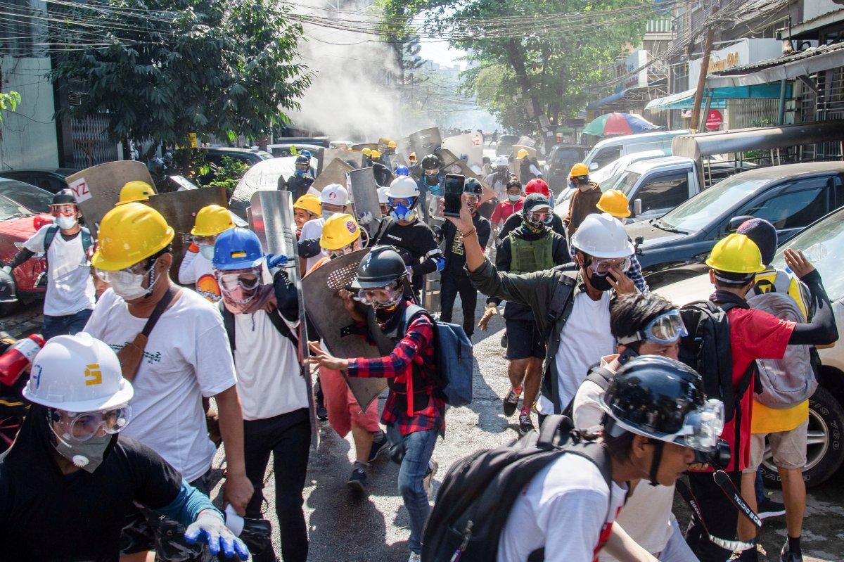 Myanmar da güvenlik güçleri, grevdeki demir yolu çalışanlarını evlerinden çıkardı #7