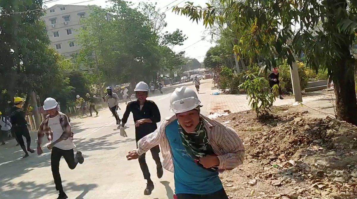 Myanmar da güvenlik güçleri, grevdeki demir yolu çalışanlarını evlerinden çıkardı #8