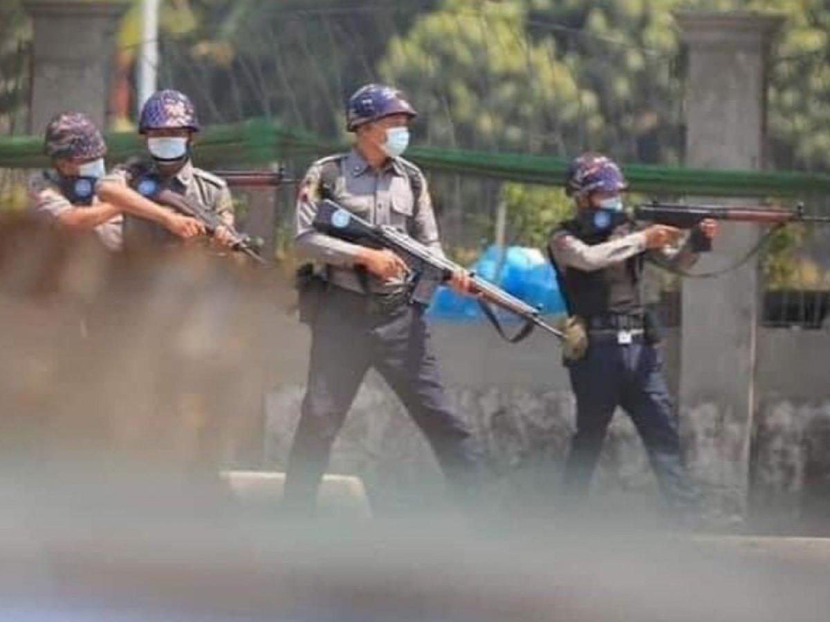 Myanmar da güvenlik güçleri, grevdeki demir yolu çalışanlarını evlerinden çıkardı #9