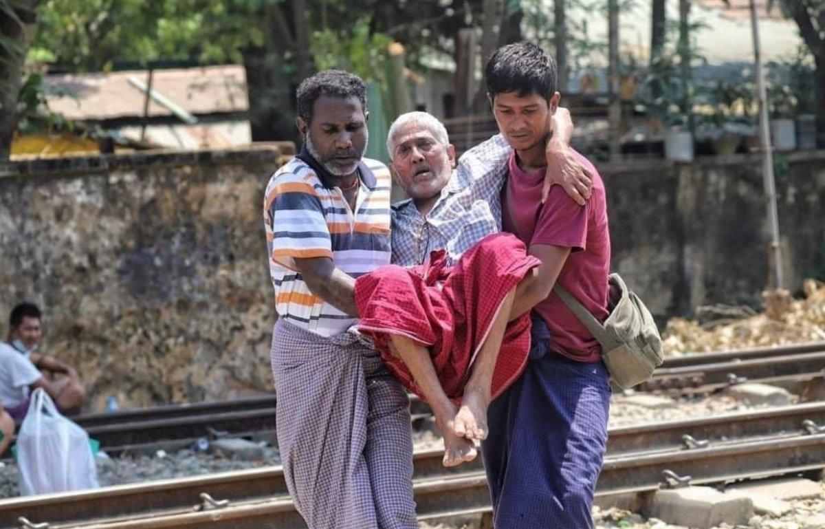 Myanmar da güvenlik güçleri, grevdeki demir yolu çalışanlarını evlerinden çıkardı #10