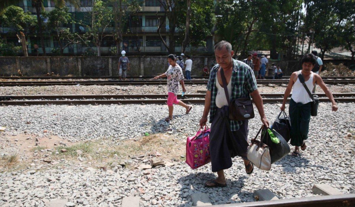 Myanmar da güvenlik güçleri, grevdeki demir yolu çalışanlarını evlerinden çıkardı #11