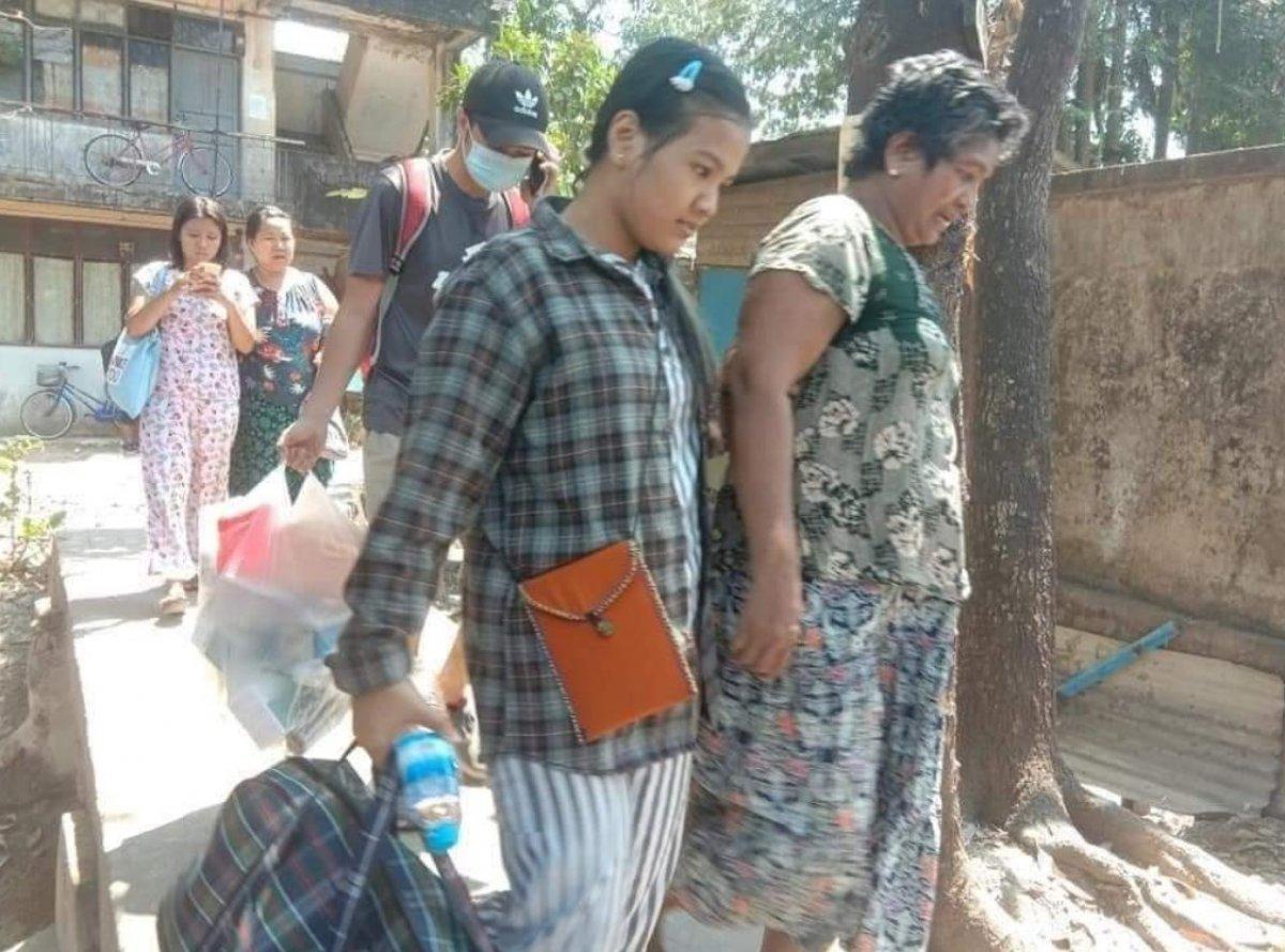 Myanmar da güvenlik güçleri, grevdeki demir yolu çalışanlarını evlerinden çıkardı #12