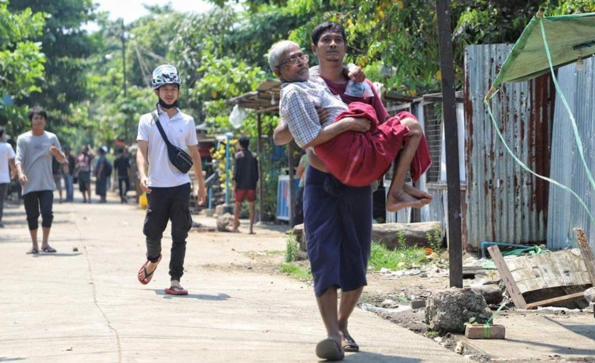 Myanmar da güvenlik güçleri, grevdeki demir yolu çalışanlarını evlerinden çıkardı #13
