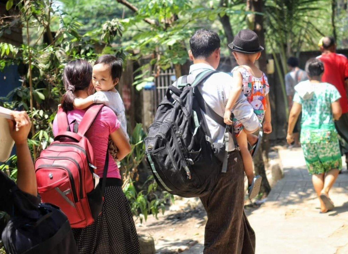 Myanmar da güvenlik güçleri, grevdeki demir yolu çalışanlarını evlerinden çıkardı #14