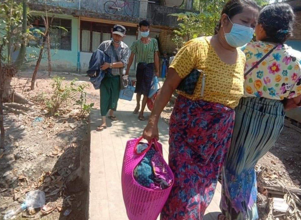Myanmar da güvenlik güçleri, grevdeki demir yolu çalışanlarını evlerinden çıkardı #15