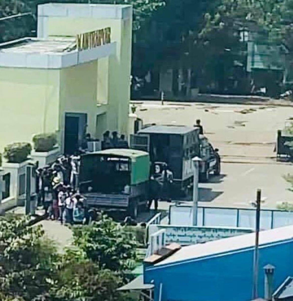 Myanmar da güvenlik güçleri, grevdeki demir yolu çalışanlarını evlerinden çıkardı #17